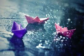 Perahu kertas.